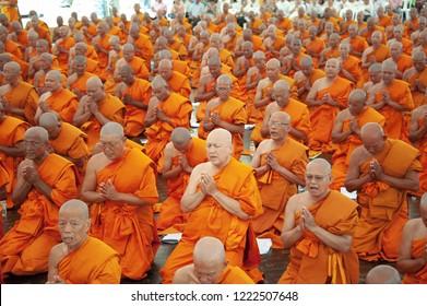 15 - 5 - 2013 Bangkok Thailand - Thais group buddhist ordination gathering pray