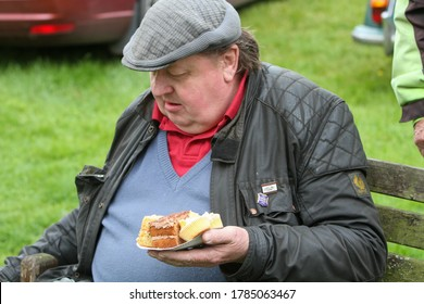15.06.2013 Bainbridge, North Yorkshire, Uk Man wearing flat cap and eating his lunch at the Beamish Run in Bainbridge North Yorkshire