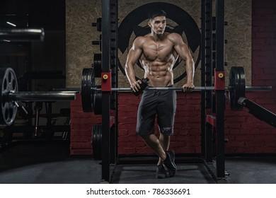 158/5000 V sovremennom sportzale, aziatskiy muzhchina s khoroshey figuroy , derzhit sheyker s proteinom, posle sil'noy trenerovki bitsepsa, nog, spiny, tritsepsa, kvadritsepsa. In the modern gym.