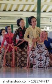 17th Feb, 2019. Yogyakarta, Indonesia. Traditional dance perfomance. Gladhen Beksan at Bangsal Kasatriyan Kraton Yogyakarta.