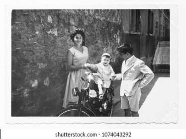1952 Happy family in Italy