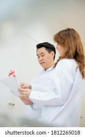 2 dentists discussing medical case together