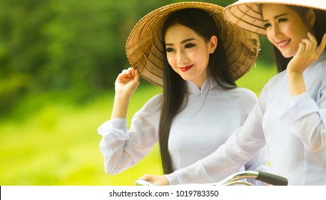 2 woman in Ao Dai traditional dress of Vietnam.