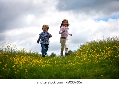 2 young children running.