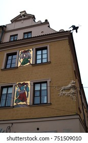20 DECEMBER 2016, WARSAW : Lion figure and frescoes with ladies at gold background on building in Old Town district of Warsaw