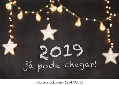 """""""2019 já pode chegar"""" in portuguese means """"2019 can already arrive"""" in black background with blurred stars and light"""