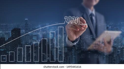 2020 Geschäftsziele, Wachstumserfolg, Immobilienentwicklung. Doppelte Belichtung von Geschäftsleuten mit digitalem Tablet-Computer, die auf virtuellem Bildschirm und in der Stadt auftritt, Fortschritte bei der positiven Geschäftsindikatoren