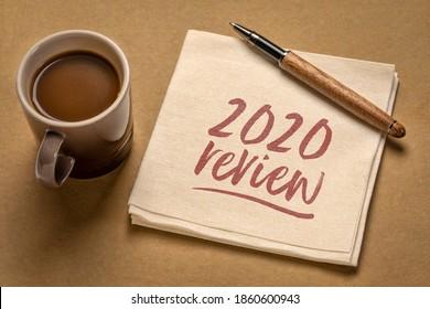 Examen de 2020 - écriture manuscrite sur une serviette de table avec une tasse de café, concept d'entreprise de fin d'année