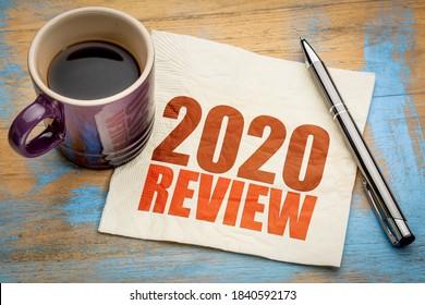 Révision 2020 du texte sur une serviette avec une tasse de café, concept d'entreprise de fin d'année