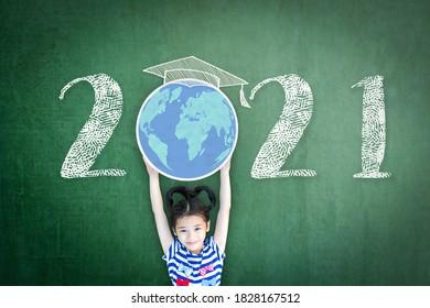 2021 neues akademisches Jahr für den Schulunterricht mit Schülern, die den globalen Planeten auf der grünen Tafel der Lehrer aufziehen, um wieder zur Schulfeier zurückzukehren, Schulzeitplan