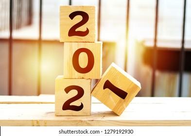 2021 neue Grußkartenvorlage, 2021 auf Holzwürfel auf Holztisch, Banner mit Kopienraum für Text