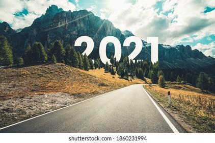 2021 Neujahrsreise und Zukunftsvision Konzept . Naturlandschaft mit Autobahn führt zu fröhlichem Neujahrsfest Anfang 2021 für einen erfolgreichen Start .