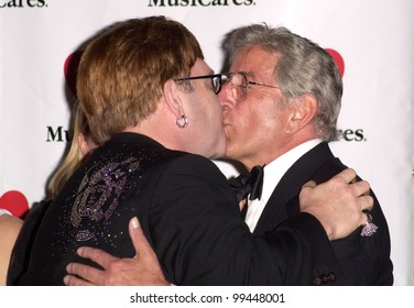 21FEB2000: Pop stars SIR ELTON JOHN (left) & TONY BENNETT at the MusiCares Gala, in Los Angeles, where Elton was honored as the MusiCares Person of the Year.            Paul Smith / Featureflash