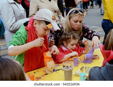 24.05.2015.Russia.Saint-Petersburg.Art painting of toys.Participating children and parents.