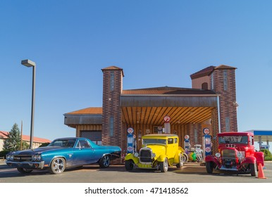 25.10.2015,Valle town, the Grand canyon National Park: Retro cars standing near the Grand Canyon Inn and Motel, AZ, USA.