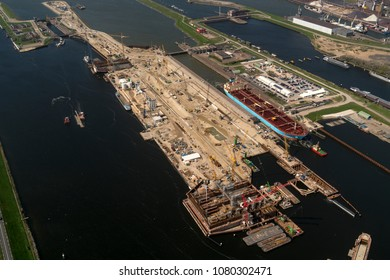 26 April 2018, IJmuiden, Holland. Aerial view of construction work at a new sluice. For the largest boats and ships a new sea lock is now being built in the Noordzeekanaal by BAM and Volker Wessels