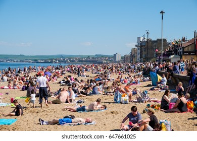 26.MAY.2017 - PORTOBELLO BEAC, EDINBURGH, SCOTLAND - People gathered in large numbers on Edinburgh's seaside to enjoy the unusually warm weather.
