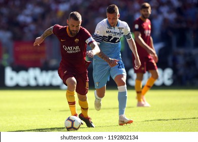 29/09/2018 Stadio Olimpico, Rome, Italy. SERIE A:DANIELE DE ROSSI SERGEJ MILINKOVIC-SAVIC in action during the ITALIAN SERIE A match between A.S. ROMA V S.S. LAZIO at Stadio Olimpico in Rome.