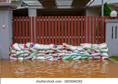 29/Aug/2016/Lopburi thailand/Consecutive heavy rains in Thailand caused wild water to flood into people's homes that they had to make sandbags to prevent the water