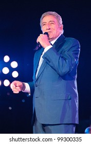 """29OCT99: Singer TONY BENNETT on stage at the MGM Grand, Las Vegas, for his concert staged by new internet company Pixelon.com as part of their """"iBash99"""".      Paul Smith / Featureflash"""