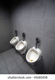 3 urinals in men's room  one was used recently  but didn't automatically flushed.