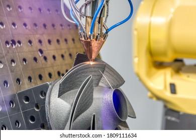 Der 3D-Metalldrucker produziert ein Stahlteil. Revolutionäre Additive-Technologie für das Sintern von Metallteilen. Weicher Fokus.