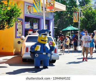 3rd Sep 2016. Los Angeles, USA.  The Simpsons cartoon character, chief of police of Springfield, Clancy Wiggum eating donut at Universal Studios Hollywood.