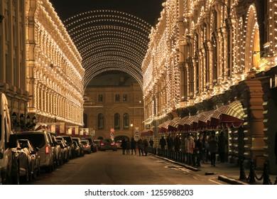 Москва, Россия, 4 декабря 2018 года. Никольская улица ночью, вид на здание главного универмага в декоративном убранстве и новогодней иллюминации
