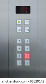 4 Stockwerke auf Aufzugsknöpfen