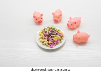 4 pink toy pigs around a colorful butterfly face, children's dining top view creative map