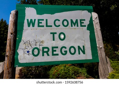 4/29/2019 OREGON, USA - Welcome to Oregon state road sign