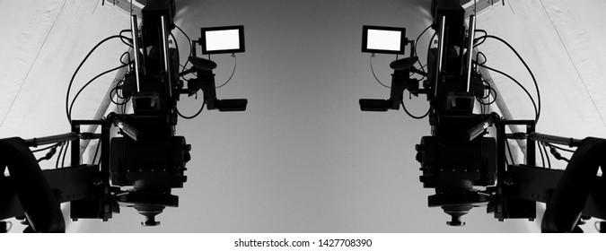 Hochauflösender Videokameramonitor mit 4K auf Stativ oder Kranich in Studio- und Softbox-Papier sowie professionelle Beleuchtungseinrichtungen für das Fotografieren, Filmen oder Ausstrahlen von Inhalten in Werbespots