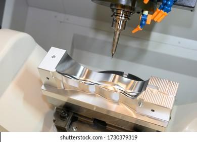 Die 5-achsige CNC-Fräsmaschine schneidet die Formenteile der Automobil-Maschine mit Vollballen-Endwerkzeugen. Die hochtechnologische Fertigung von Automobilteilen durch ein 5-achsiges Bearbeitungszentrum.