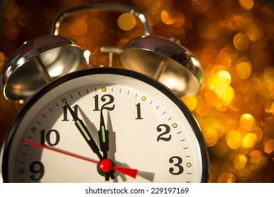 5 minutes on the clock before the new year