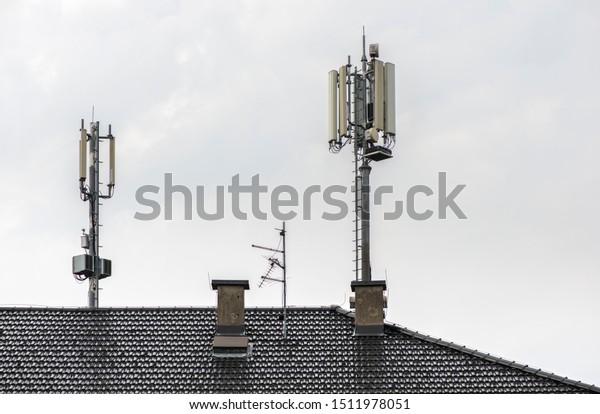 image.shutterstock.com/image-photo/5g-antennas-on-top-house-600w-1511978051.jpg
