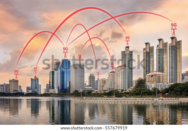Concetto di connessione di rete 5G illustrato da Smart City ed edifici