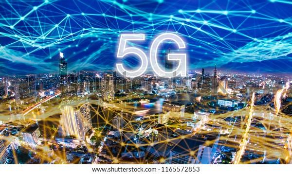 5Gネットワークデジタルホログラムと、都市の背景にあるもののインターネット。5Gネットワークワイヤレスシステム。