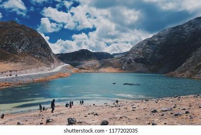 7 Colors Lagoon Lima Perú Canta