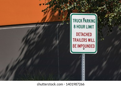 8 hour parking detached trailers will be impounded sign in daylight