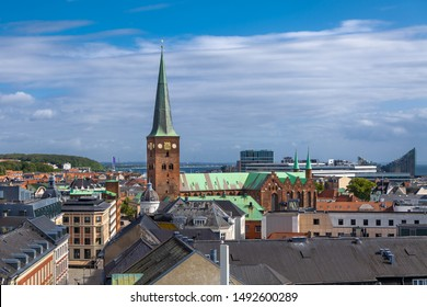 Aarhus, Dänemark. Luftbild der Stadt mit der Aarhus-Kathedrale (Dänisch: Domkirke).