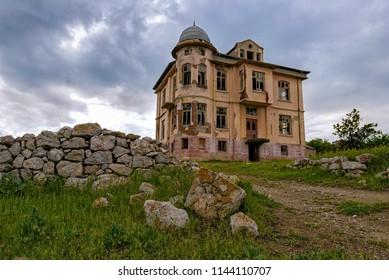 An abandone house.