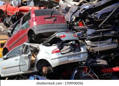 Des voitures abandonnées sur un gratte-ciel de voitures, en Hollande