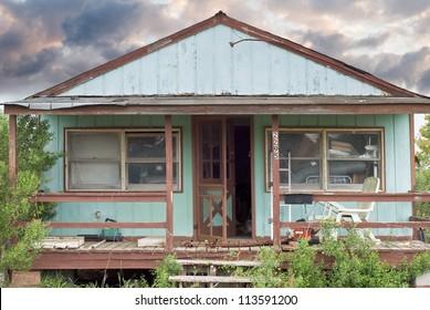 Abandoniertes Haus als Zeichen der wirtschaftlichen Rezession