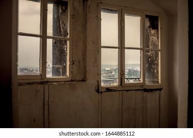 Abgelehnter Platz mit einem alten Fenster.