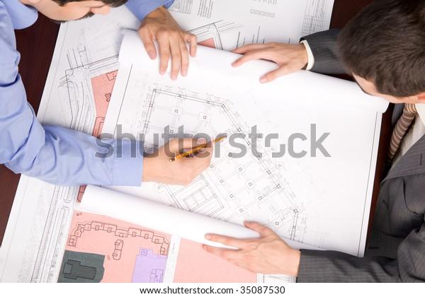 Vorstellung von Ingenieuren über Baupläne bei der Arbeitsplanung