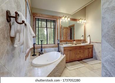 Decoración interior absolutamente impresionante en un lujoso y rústico caserón americano con piedra y madera, yeso veneciano y tonos de calibre.
