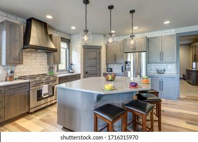Decoración de cocina totalmente impresionante con tonos grises de tonos marrones mutados con madera clara y estilo rústico-moderno con platos coloridos.