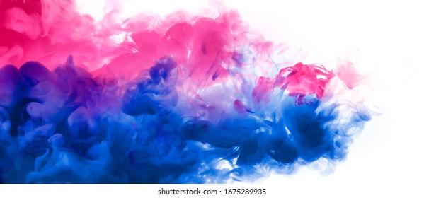 Abstrakter Hintergrund-Banner mit bunten rosa, violetten und blauen Akrylink-Farben im Wasser. Festival der Farben. Panorama der Farbexplosion einzeln auf Weiß. Leerzeichen kopieren