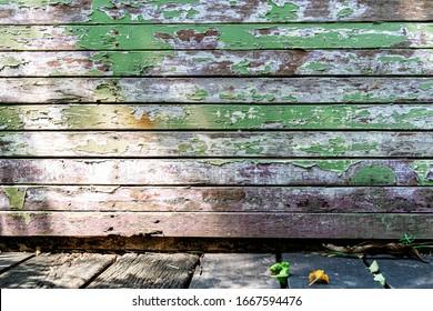Abstrakter Hintergrund aus alten grünen Holzplanken, Muster an der Wand mit Grunge und Sonnenlicht.