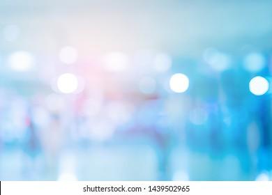 abstrakter unscharfer zeitgenössischer Büroeinrichtung, blauer Hintergrund mit orangefarbenem Lichteffekt